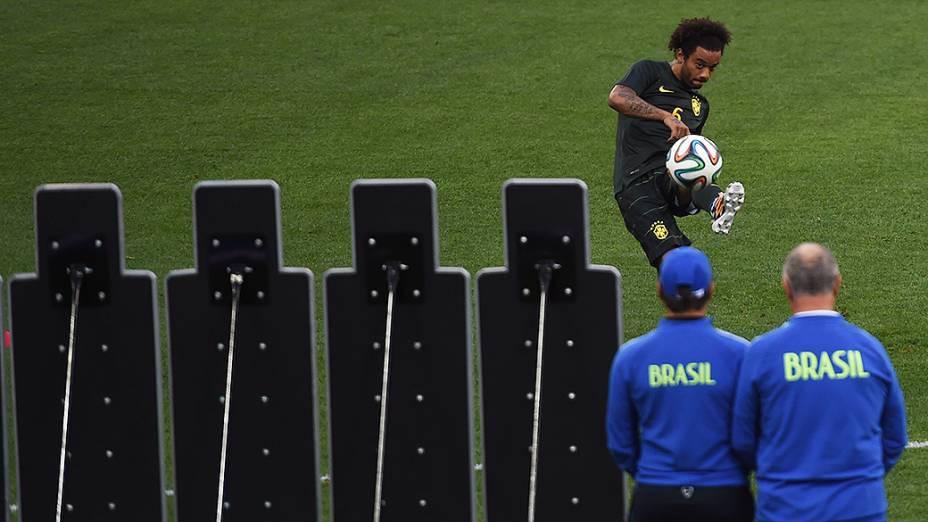 Marcelo treina cobranças de falta no Itaquerão, em São Paulo