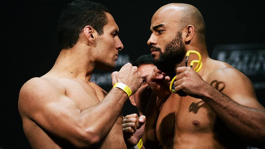 Marcio Alexandre e Warley Alves durante a pesagem do UFC em São Paulo
