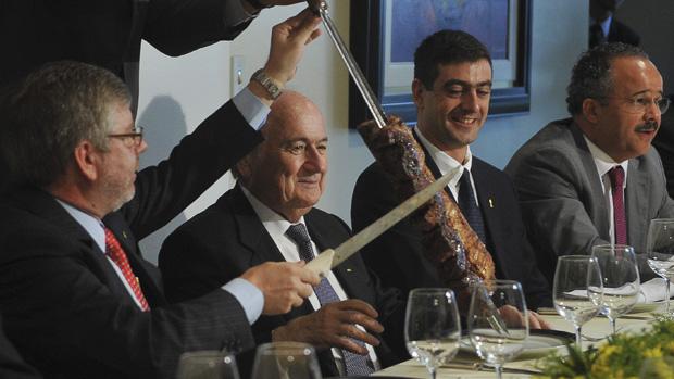 O presidente da Câmara, Marco Maia, serve o presidente da Fifa, Joseph Blatter, durante almoço em que trataram sobre a aprovação da Lei Geral da Copa