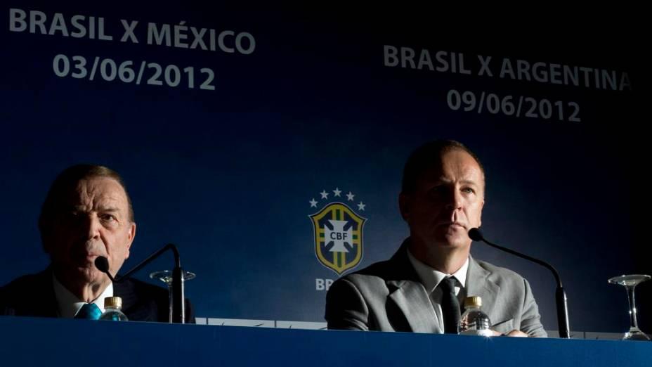José Maria Marin ao lado de Mano Menezes na convocação da seleção, no Rio