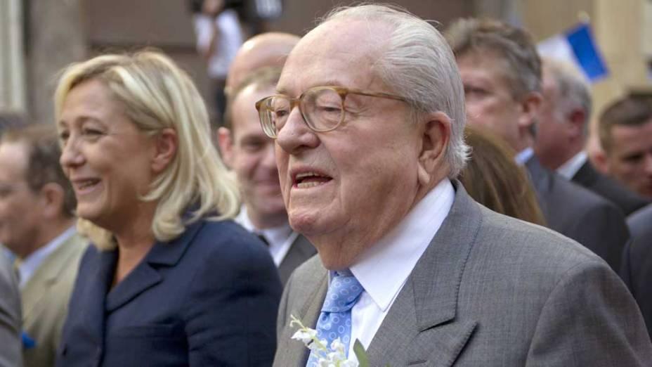 """""""Tenho um capital político construído pelo nome Le Pen depois de 40 anos. Junto com o meu nome e a minha personalidade, quero chamar atenção para o programa econômico da Frente Nacional e também para a nossa preocupação social"""", diz Marine Le Pen. Na foto, Marine com seu pai, Jean-Marie Le Pen"""
