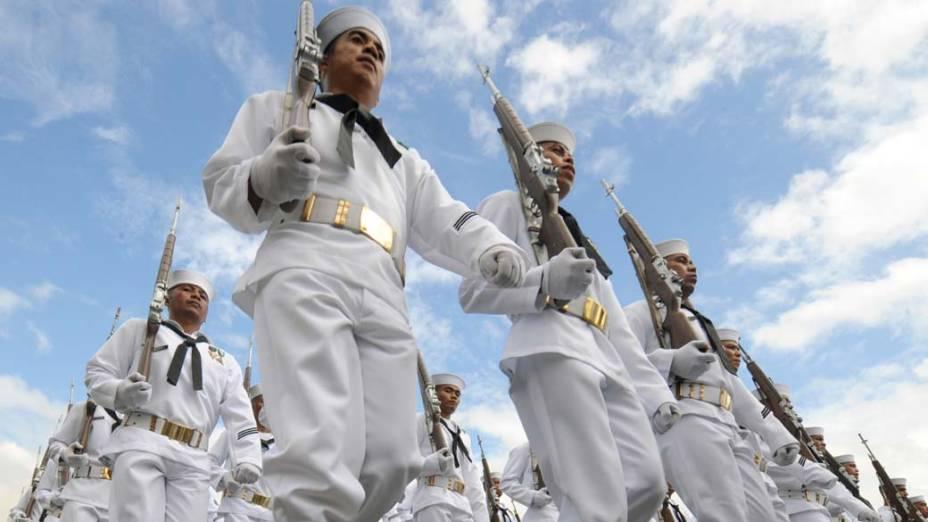 Oficiais da marinha marcham durante o 76º aniversário das Forças Armadas em Manila, Filipinas
