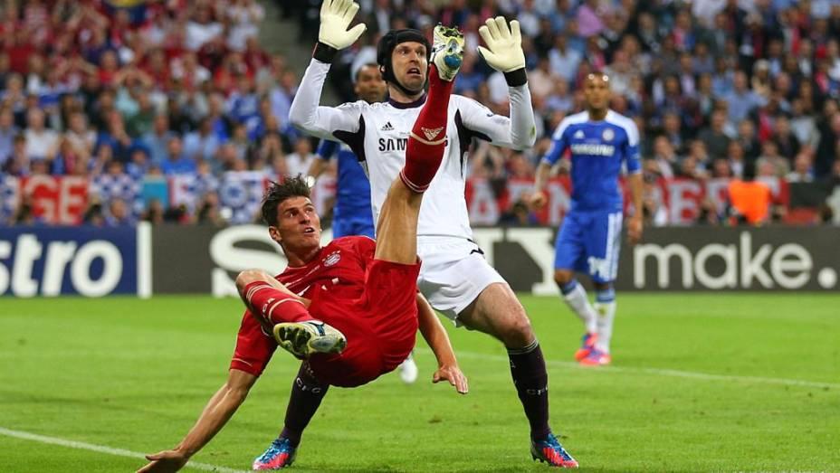 Mario Gómez, com uniforme vermelho, e o goleiro Petr Cech