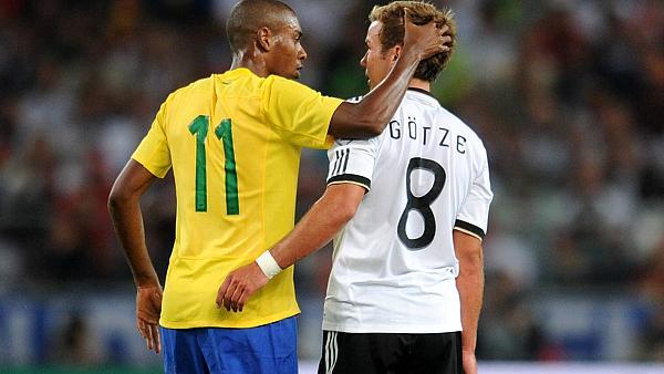 Götze marcou seu primeiro gol pela seleção em amistoso contra o Brasil, em agosto de 2001