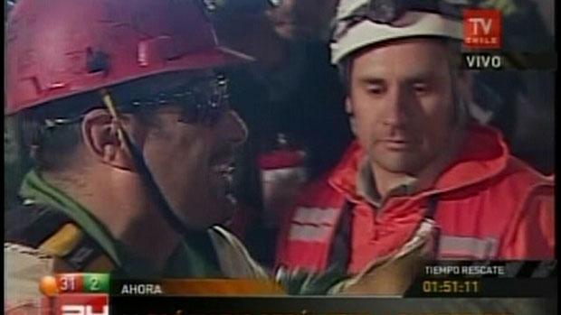 O mineiro Mario Sepúlveda (à esquerda), no momento em que chegou à superfície