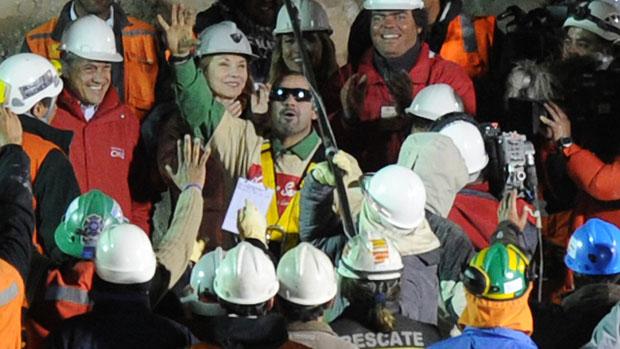 O mineiro Mario Sepúlveda, segundo a ser retirado da mina, chega comemorando