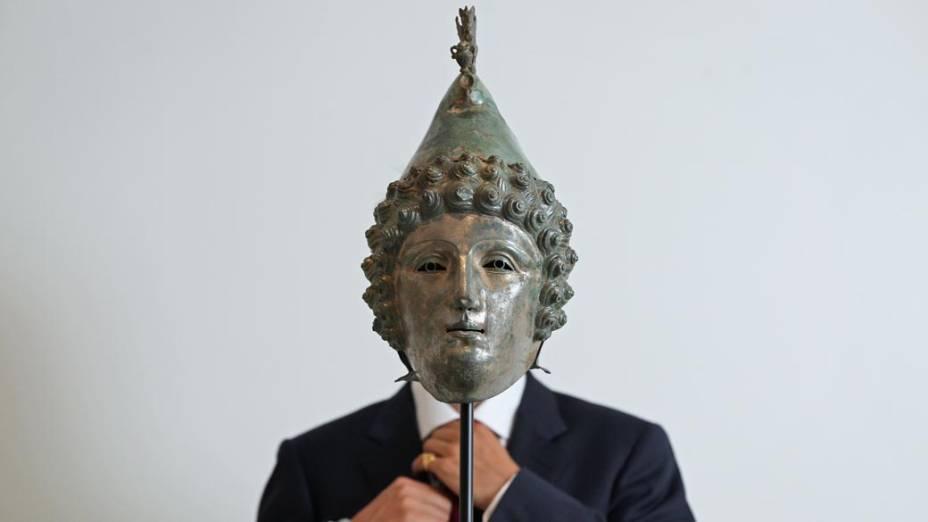 Um capacete de bronze com cerca de 2.000 anos, atribuído à vestimenta de soldados romanos, é exibido na casa de leilões Christie´s em Londres