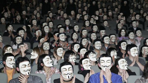 Première do filme V de Vingança no Japão, em 2006. Desde 2008, os membros do grupo Anonymous escondem identidade sob máscara do personagem Guy Fawkes