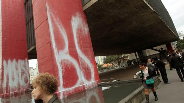 Prédio do Museu de Arte de São Paulo (Masp), na Avenida Paulista, amanheceu pichado