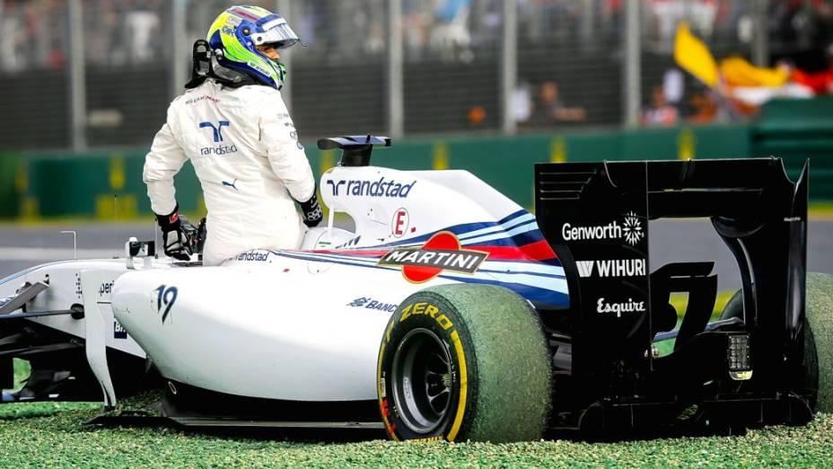 Felipe Massa, da Williams, deixa o carro depois da batida que o tirou do GP da Austrália, primeira prova da temporada 2014