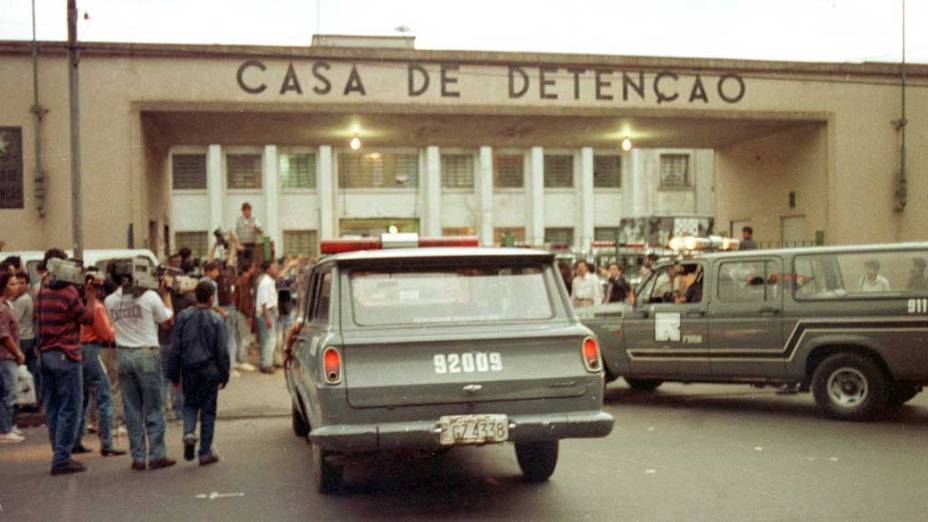 Movimentação policial em frente à Casa de Detenção do Carandiru, na zona norte de São Paulo, durante rebelião de presos, em 02/10/1992