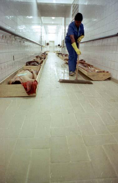 Corpos de parte das vítimas do massacre do Carandiru no Instituto Médico Legal (IML), em 04/10/1992