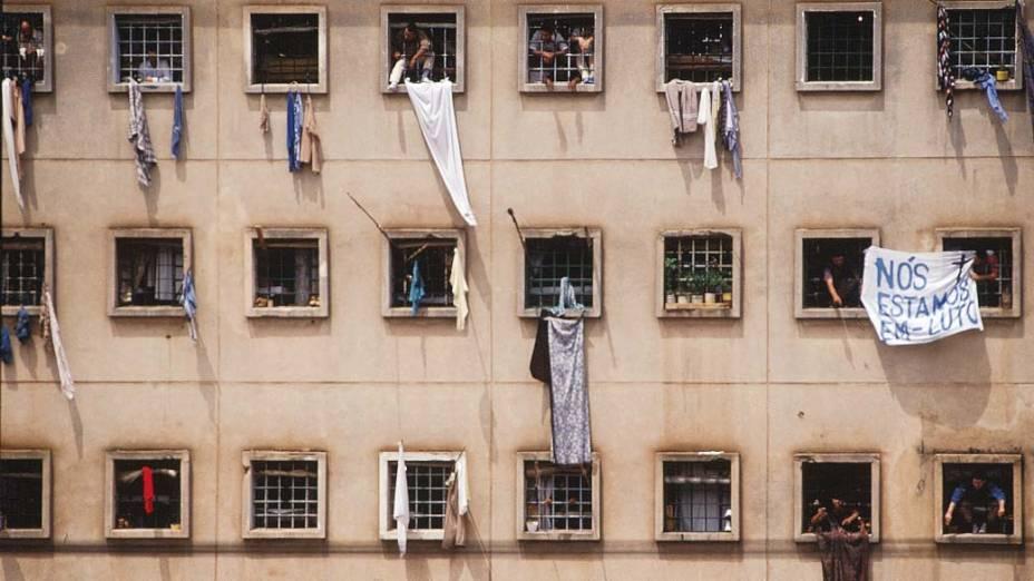 Presos nas janelas da Casa de Detenção de São Paulo, com faixa de protesto pela morte de 111 presos do Pavilhão 9, em 05/10/1992