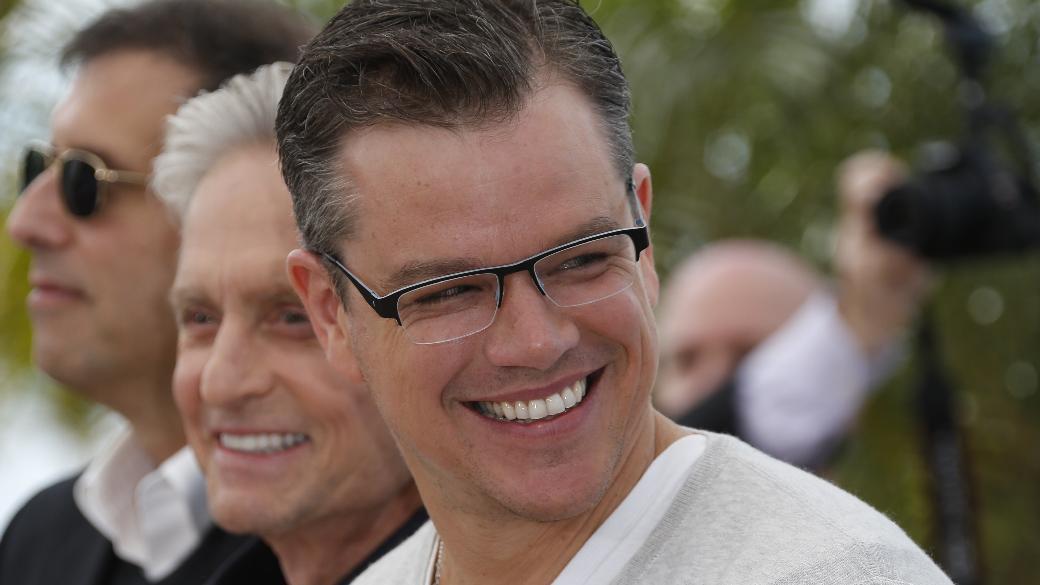 Matt Damon (com Michael Douglas ao fundo) em Cannes, antes da exibição para a imprensa de 'Behind the Candelabra'