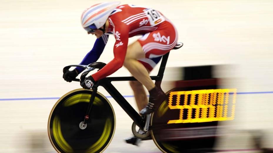 O ciclista britânico Matthew Crampton participa das eliminatórias para o Campeonato Mundial de Ciclismo, em março