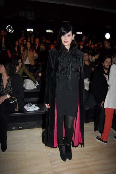 A atriz Mayana Moura exibe capa vampiresca no desfile da Triton