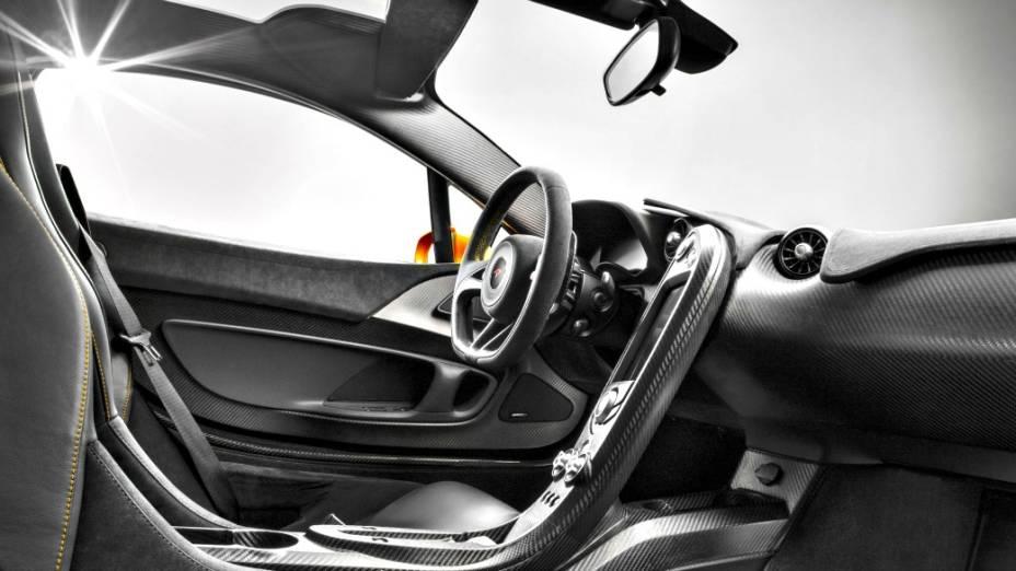 O P1 traz um motor V8 3.8 litros biturbo, a gasolina, com 737 cv, associado a um gerador elétrico apto a gerar o equivalente a 179 cv