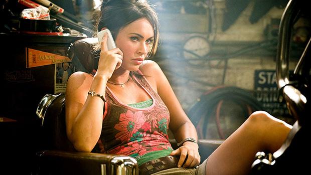 A atriz Megan Fox em filme da série Transformers