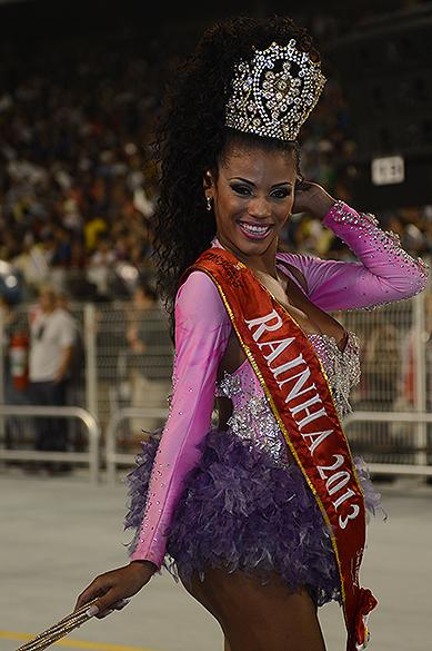 Destaque da escola de samba Rosas de Ouro, que desfilou na primeira noite do carnaval, no Anhembi