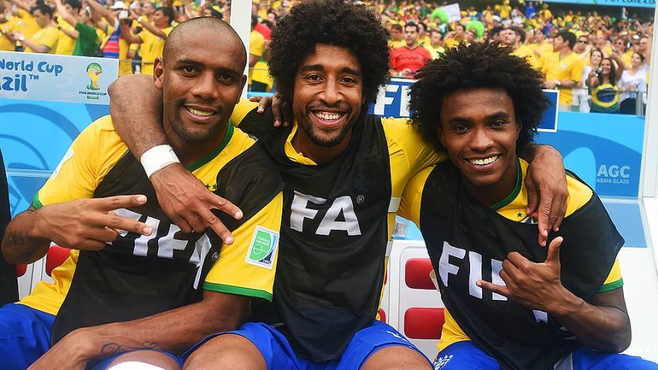 Maicon, Dante e Willian posam para foto antes do jogo contra o México no Castelão, em Fortaleza