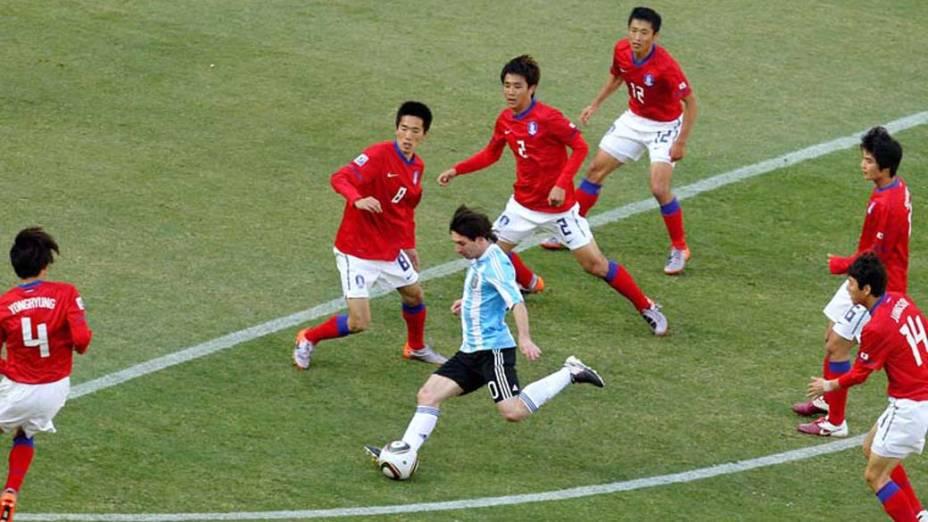 Lionel Messi, da Argentina, chuta para o gol durante partida contra a Coreia do Sul na primeira fase do campeonato. Os argentinos venceram por 4 a 1
