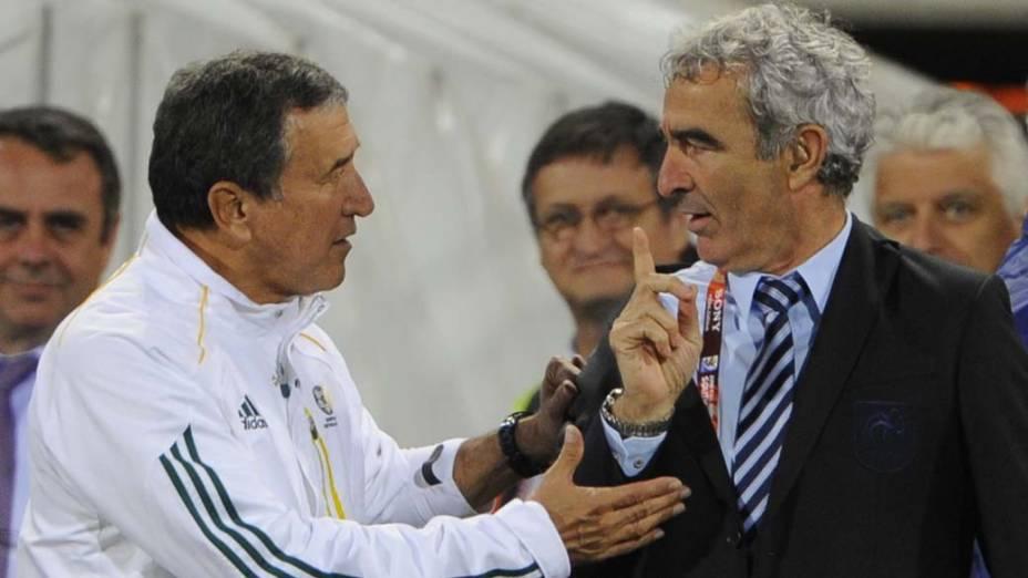Carlos Alberto Parreira, técnico da seleção da África do Sul, conversa com o treinador francês Raymond Domenech durante a partida entre os dois países. A África do Sul venceu por 2 a 1