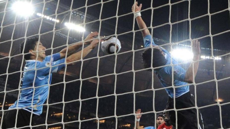 O atacante uruguaio Luis Suarez defende com a mão o gol do time ganense nas quartas de final. A partida foi definida dos pênaltis, que deram vitória para o Uruguai de 4 a 2