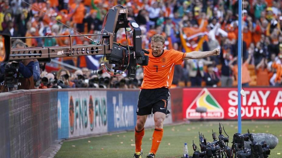 O atacante holandês Dirk Kuyt comemora gol contra a Dinamarca, em partida da primeira fase da Copa do Mundo. A Holanda venceu o jogo por 2 a 0