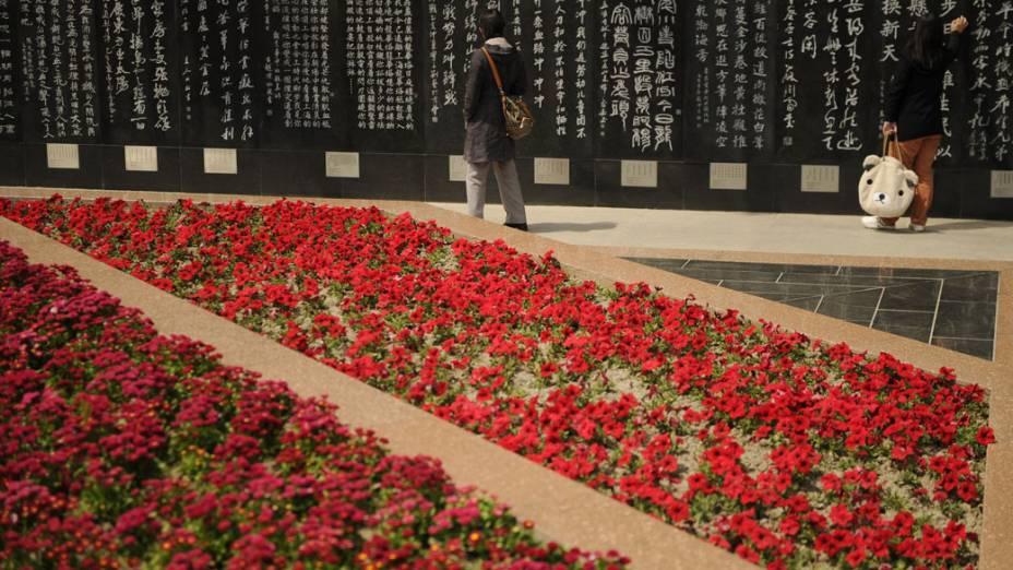 Chineses aproveitam feriado para visitar cemitério em Xangai