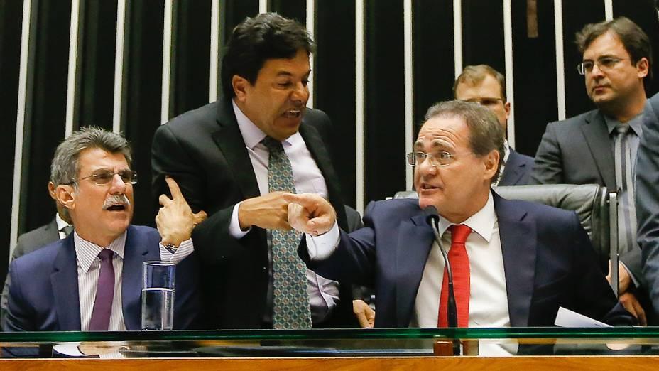 O presidente do Congresso Nacional, senador Renan Calheiros (PMDB-AL)(d), discute com o líder do DEM, Mendonça Filho (DEM-PE), durante a abertura da sessão do Congresso Nacional para apreciação dos vetos e do projeto que muda o superávit primário e LDO, no plenário da Câmara dos Deputados, em Brasília