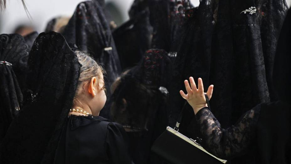 Meninas durante procissão de Nossa Senhora do Rosário, em uma escola de Sevilha, na Espanha