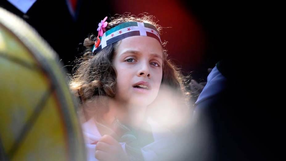 Menina síria participa de um comício em apoio a manifestantes anti-governo e a delegação de observadores árabes, perto da sede da Liga Árabe no Cairo, Egito