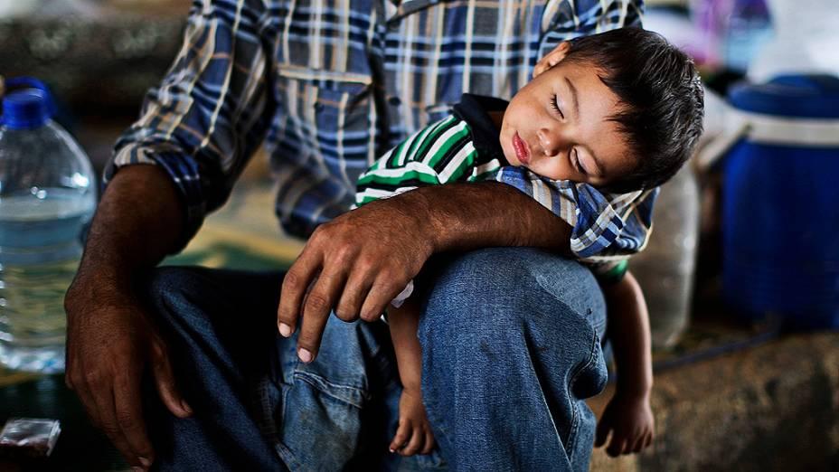 Menino dorme no campo de refugiados de Bab Al-Salam, Azaz, próximo à fronteira entre a Síria e a Turquia