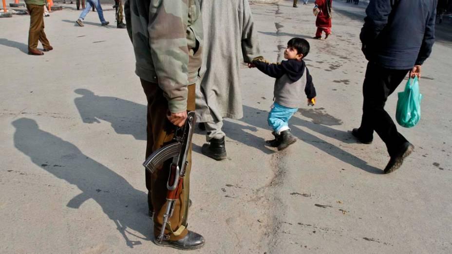 Soldado na cidade de Srinagar, Índia
