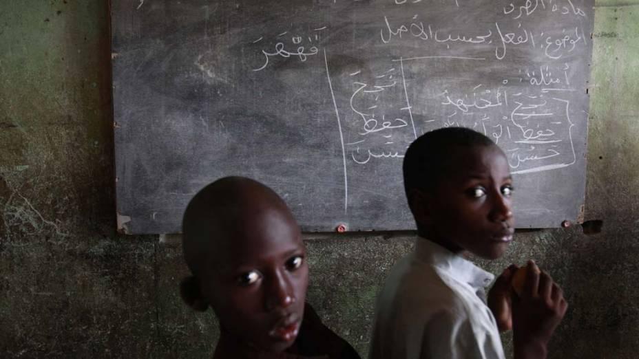 Meninos muçulmanos estudam o Corão em Dar es-Salam, na Costa do Marfim