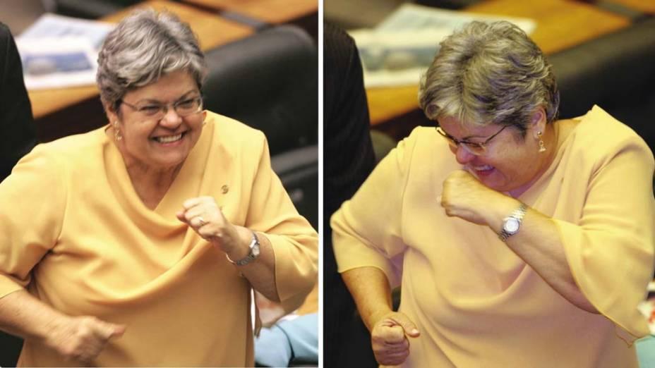 A deputada Angela Guadagnin (PT-SP) dançando no plenário da Câmara dos Deputados após a votação que absolveu o deputado João Magno (PT-MG) do processo de cassação, no Congresso Nacional, em Brasília