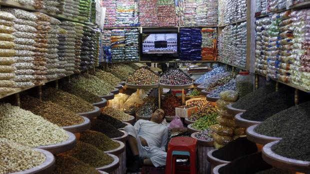 Homem dorme em mercado de Cabul, no Afeganistão