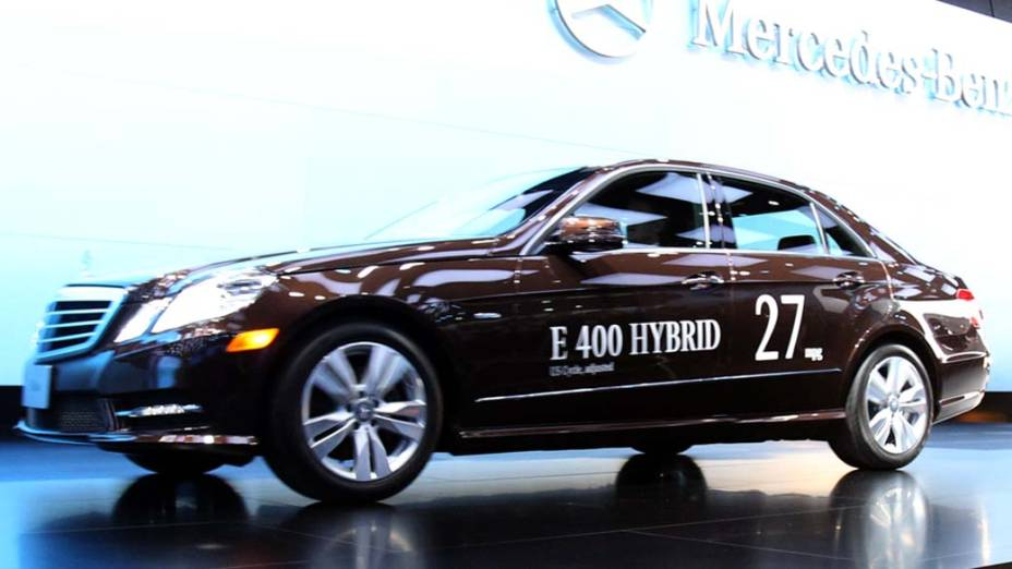 Mercedes-Benz E400 Hybrid - Depois do sucesso da Classe S híbrida, a tecnologia que combina um motor a gasolina (no caso com 302 cavalos) a um elétrico (com 27 cavalos suplementares) chega à Classe E