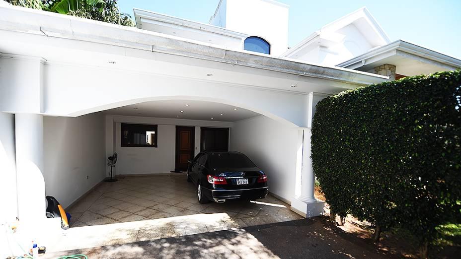 Na garagem da mansão de Abdelmassih no Paraguai, um automóvel Mercedes E350