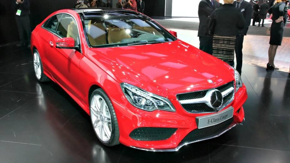 Mercedes-Benz Classe E - Renovado após quatro anos, o classudo Classe E passa a ostentar contornos mais retilíneos em comparação ao antecessor. Em Detroit estão sendo apresentadas as configurações sedã e perua, sendo que a motorização parte de um 2.1 litro, a diesel, de 190 cv, podendo chegar a um poderoso V8 5.5 litros, com 402 cv. Há ainda uma versão híbrida equipada com propulsor a combustão de 302 cv
