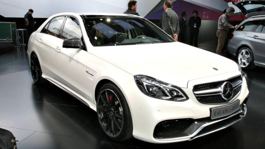 Mercedes-Benz Classe E63 AMG - A opção mais apimentada do sedã de luxo traz debaixo do capô o bloco V8 5.5 de 402 cv