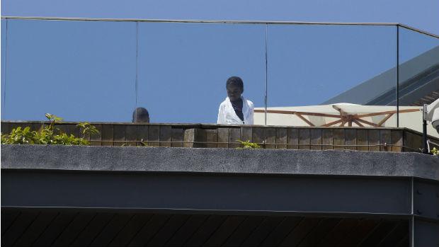A filha adotiva de Madonna, Mercy James, na piscina do hotel Fasano, no Rio de Janeiro