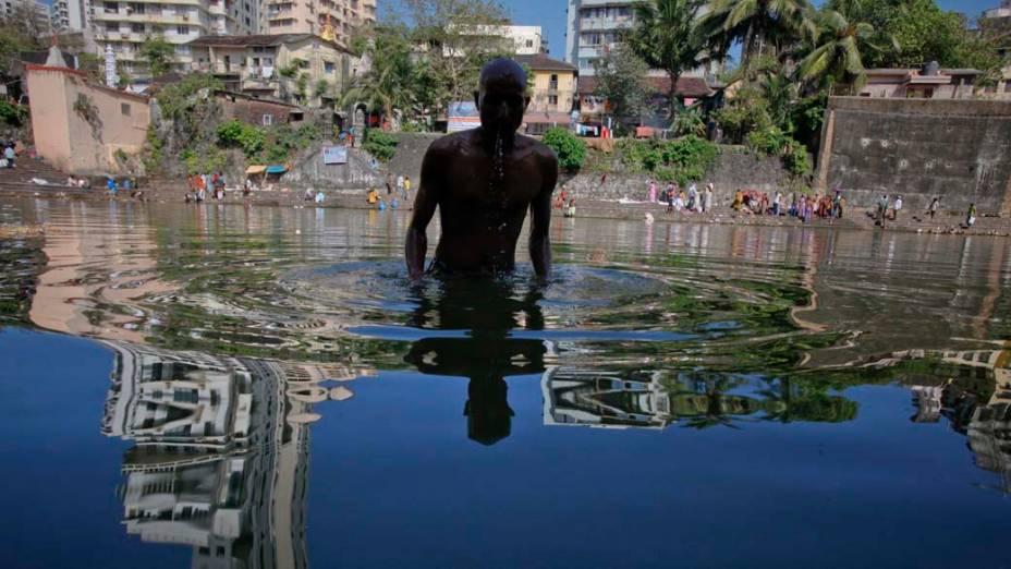 """Hinduísta mergulha em lagoa santa no dia de """"Mahalaya"""", em honra a seus ancestrais, na Índia"""