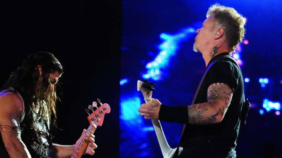 O baixista Robert Trujillo e James Hetfield durante o show do Metallica no palco Mundo, no terceiro dia do Rock in Rio, em 25/09/2011