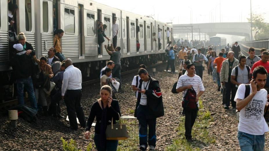 Passageiros descem de composição e caminharam pelos trilhos do metrô de São Paulo, 21/09/2010