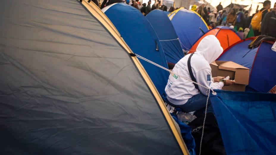 Peregrinos acampados na praia de Copacabana, no Rio de Janeiro