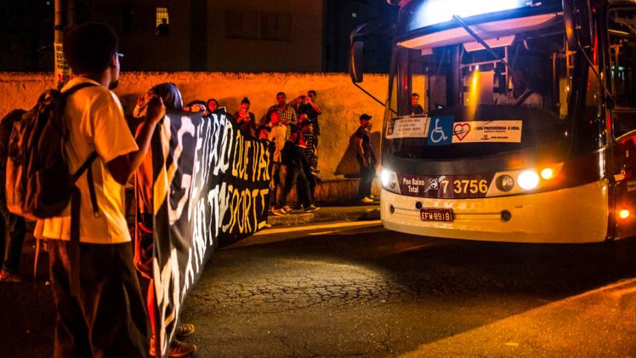 Manifestantes interditaram a Avenida MBoi Mirim durante protesto organizado pelo Movimento Passe Livre (MPL) contra o corte de linhas e pela duplicação da MBoi Mirim no Largo do Piraporinha, nesta segunda-feira (21), em São Paulo