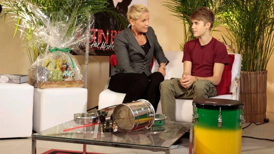 Xuxa entrevista Justin Bieber no camarim antes do show