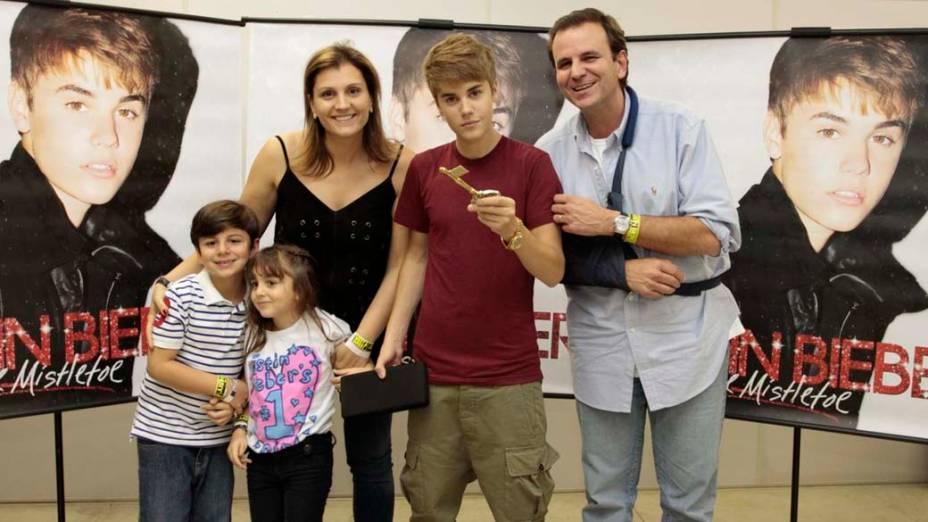 O prefeito Eduardo Paes levou a família e entregou a chave da cidade para Justin Bieber antes do show no Rio de Janeiro