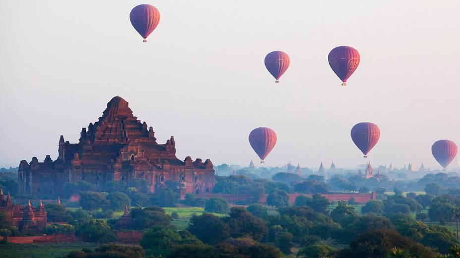Balões sobrevoam alguns dos 3.000 templos budistas e embelezam o céu de Bagan, em Mianmar
